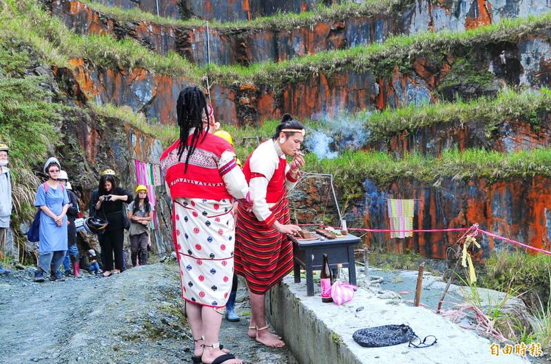 裹山計畫開幕,現場藝術家東東侯溫、瓦旦督喜等,透過傳統儀式稟告土地及祖靈,祈求過程順利。(記者花孟璟攝)