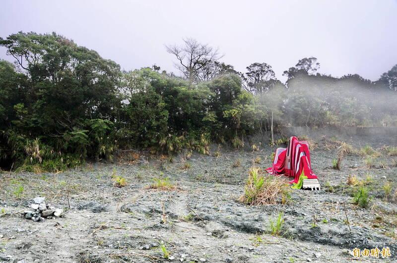 萬榮鄉瑞欣石礦區內,開採礦石的怪手也被色彩鮮艷的織布包覆。(記者花孟璟攝)