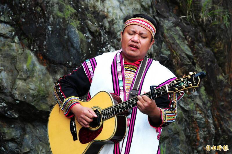 礦場區域其實是布農族傳統領域,丹社群馬遠部落族人馬詠恩在「裹山」藝術展上高唱「遷移之歌」,對大地的傷口也表達難過。(記者花孟璟攝)