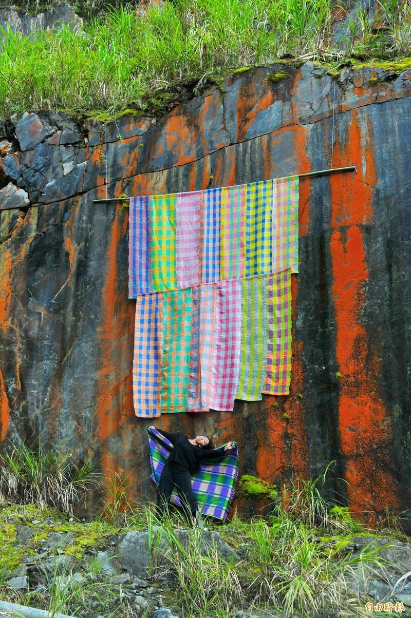 太魯閣族舞蹈家瓦旦督喜,身為男性也開始學習織布,他使用尼龍繩夾雜麻繩、棉繩創作10多幅大型織布,仍然包不住巨大的蛇紋石壁面,顯露墨綠色原石及上面紅色的氧化紋路。(記者花孟璟攝)