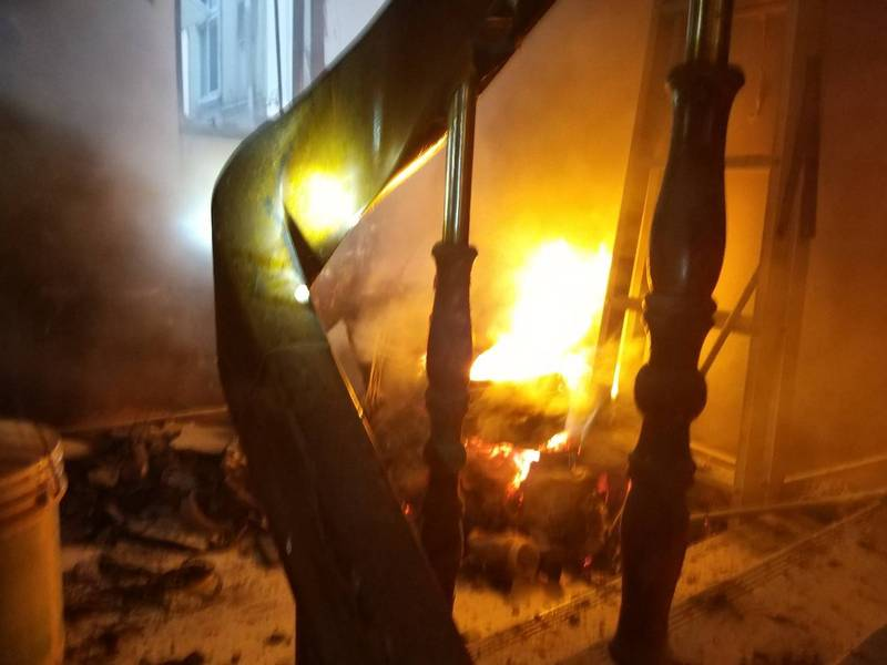台南市北區東豐路一三三巷內一處公寓五樓住戶門口驚傳失火。(圖:民眾提供)