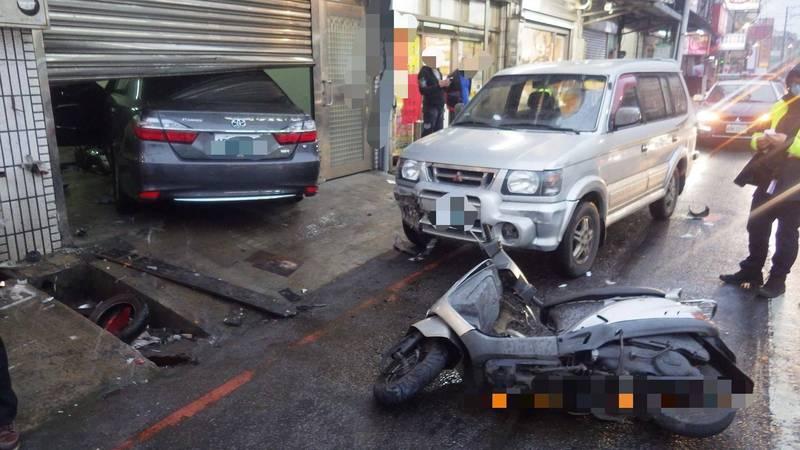 林姓男子昨天傍晚購物後駕車離開,不知何故車子突然暴衝,高速撞上對向路口停等號誌的汽機車,還撞破民宅鐵門後才停下。(記者陳恩惠翻攝)