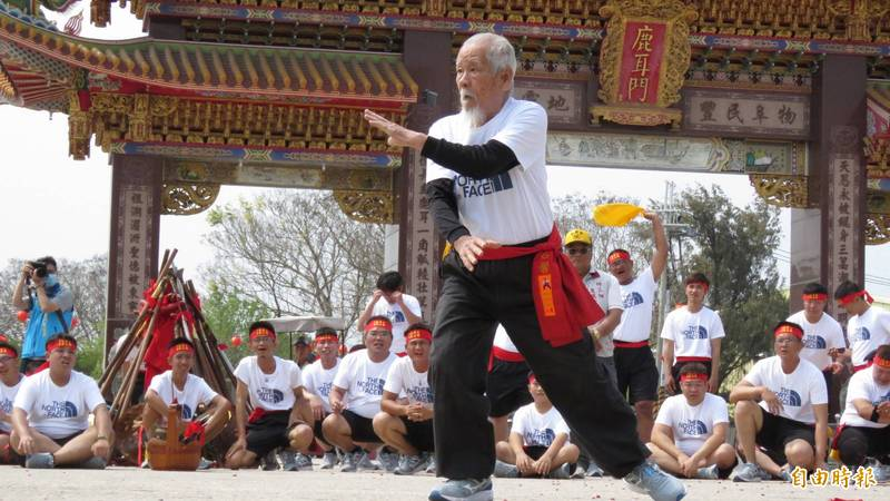 98歲還能劈腿!國寶級宋江陣老教頭露一手驚艷全場