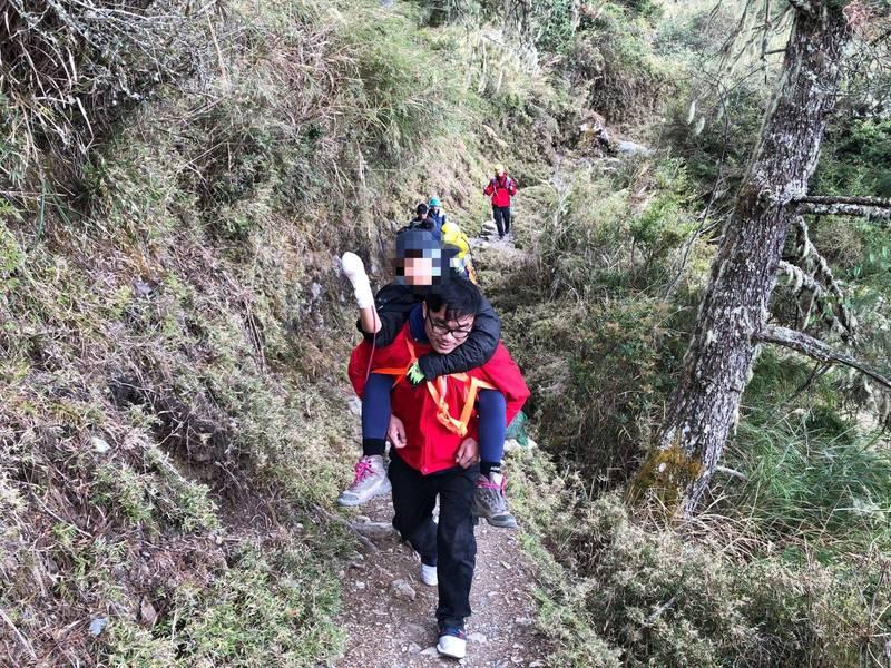 完美救援!玉山前峰遭落石砸傷 警、消輪流搬運下山