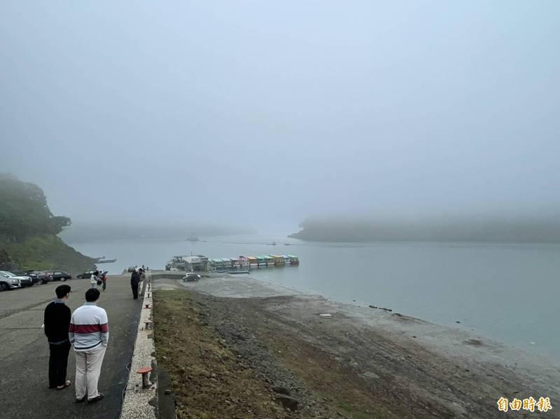 難得有感降雨!石門水庫整天灰濛濛 看不清是雨還是霧