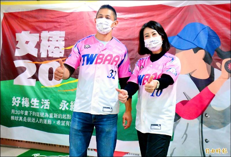 台北市立委吳思瑤(右)與民進黨台北市黨部主委吳怡農(左)出席首屆女棒聯賽閉幕頒獎典禮。 (記者王藝菘攝)