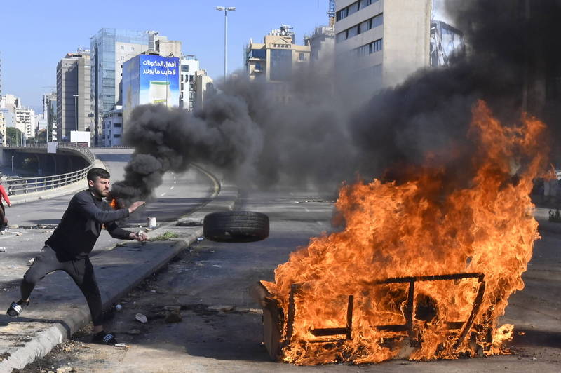 本月2日黎巴嫩鎊兌美元匯率來到歷史新低,致使民眾發起抗議示威,至6日已是連續第5天的街頭抗議了。(歐新社)