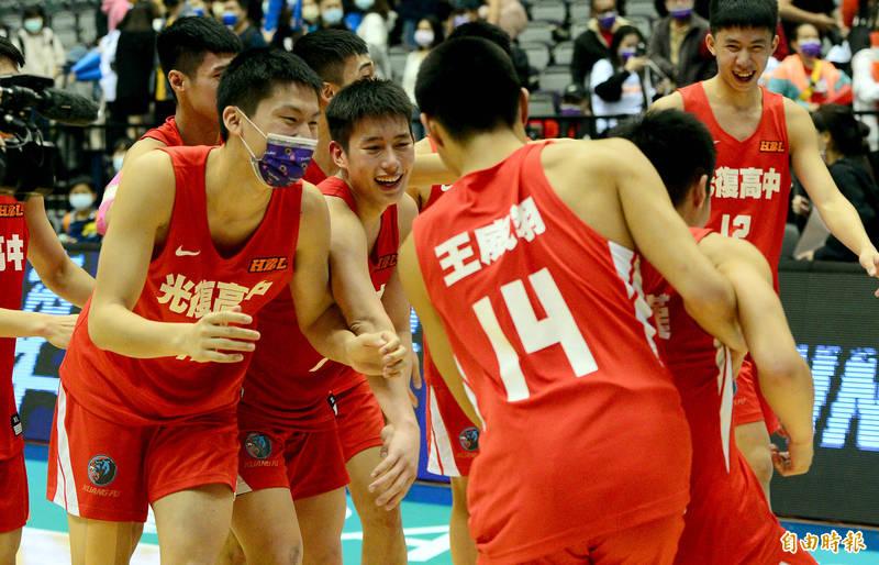 新竹市光復高中今天在HBL擊敗新竹縣東泰高中贏得史上首座季軍。(記者林正堃攝)