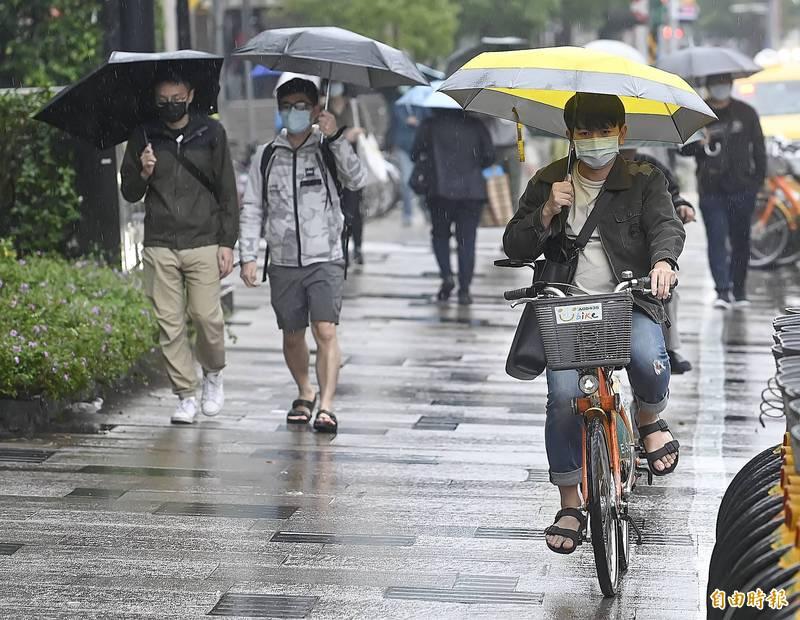 北台灣今日仍濕涼,北部地區白天高溫僅18、19度。(資料照)