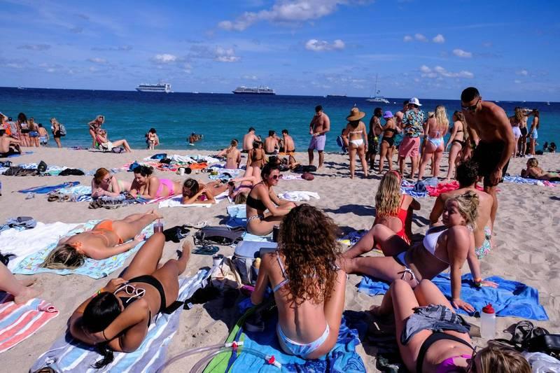 美國佛州羅德岱堡海擠滿了沒戴口罩的比基尼女大生過春假。(路透)