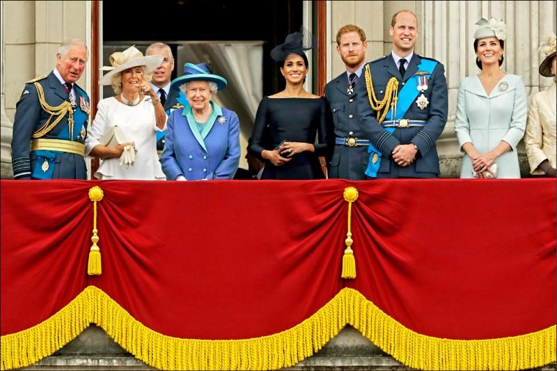 英國薩塞克斯公爵哈利及其妻子梅根接受美國脫口秀主持人歐普拉專訪的內容即將播出,外界屏息以待。圖為兩人二○一八年七月與女王伊莉莎白二世、王儲查爾斯、王儲妻卡蜜拉、劍橋公爵威廉及其妻凱特等王室成員,在倫敦白金漢宮陽台觀看皇家空軍特技小組表演。(美聯社檔案照)