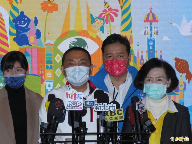 新北市長侯友宜(左二)今天出席宜蘭綠色博覽會登場記者會,右為宜蘭縣長林姿妙。(記者陳心瑜攝)