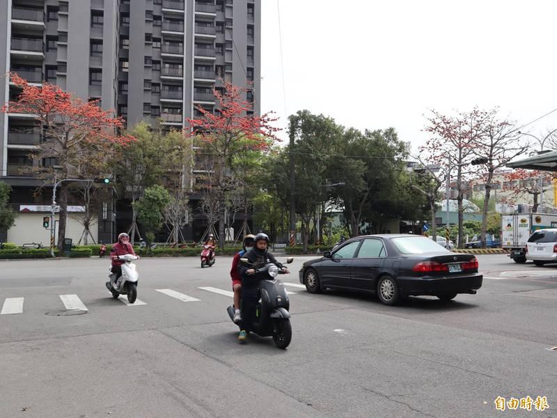 豐原區圓環西路機車族左轉建成路需先在待轉區後直行,易與建成路左轉汽車等擦撞,險象環生。(記者歐素美攝)