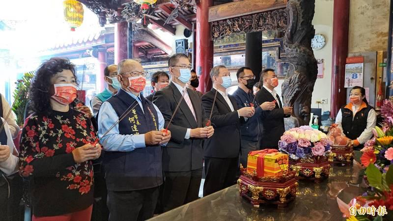 徐國勇(昨三)參拜新港奉天宮,祈求國泰民安、風調雨順。(記者王善嬿攝)