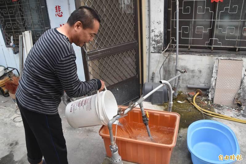 吉洋居民蕭智文每天必須載運80桶、每桶30公斤的地下水,才足以應付1家5口盥洗、洗衣服等用水。(記者蘇福男攝)