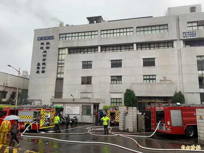 消防隊員迅速將火勢撲滅。(記者吳昇儒攝)
