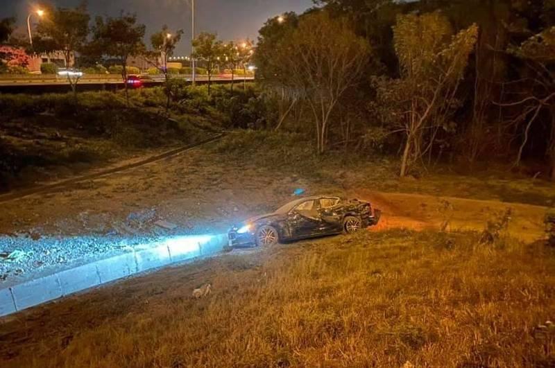 7日晚間10點,一輛價值468萬的「海神」瑪莎拉蒂Ghibli車款,不明原因衝破國道護欄,摔落邊坡,車身毀損嚴重。(記者陳冠備翻攝)