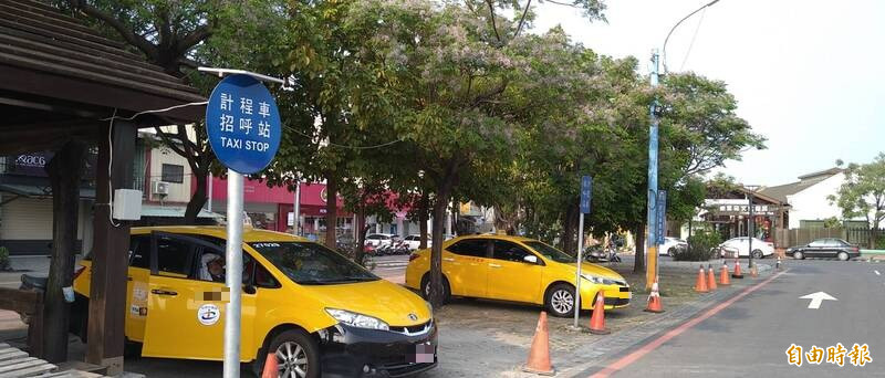 斗南疑似出現外籍人士開自用轎車違法載客,雲林監理站加強稽查取締,並提醒民眾搭乘合法計程車較有保障。(記者黃淑莉攝)