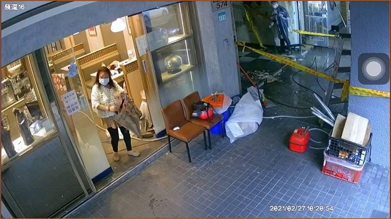 陳姓婦人進入火鍋店偷走骨董瓷盤,還將瓷盤藏進雨傘內。(記者王冠仁翻攝)