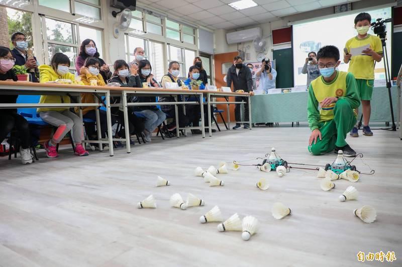 關懷台灣文教基金會在東華國中舉辦四年AI扎根計畫分享會,學生示範使用機器人。(記者歐素美攝)