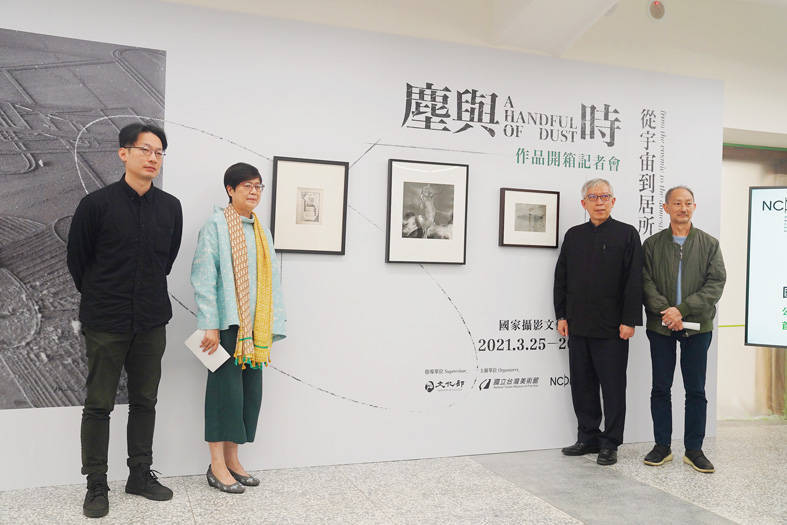 Curator Suan Hooi-wah, right, and Taipei-based photographer Tsao Liang-pin, left, yesterday attend a news conference with Taichung-based National Taiwan Museum of Fine Arts director Liang Yung-fei, second right, to promote the National Center of Photography and Images, Taipei. Photo: CNA