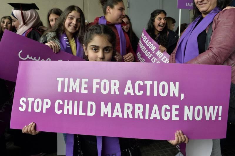 聯合國警告,武漢肺炎疫情爆發1年多以來,全球發展中國家童婚的現象已攀升到需要警戒的程度。圖為一位女孩舉著反童婚標語。(資料照,歐新社)