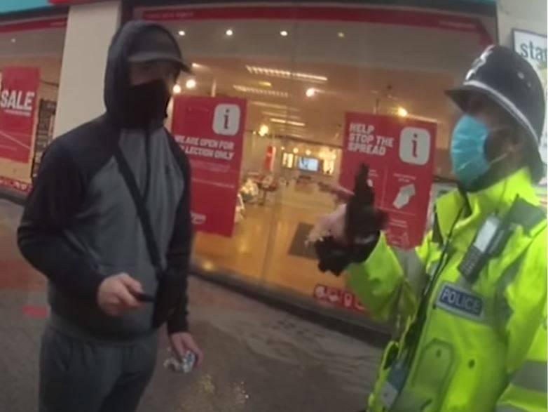 警方查出巴特(黑衣者)所報的名字是假的,眼見事跡敗露,巴特立刻腳踢一名警察胯下並想趁亂逃跑,但最後還是被警方壓制逮捕。(擷取自West Midlands Police YouTube)