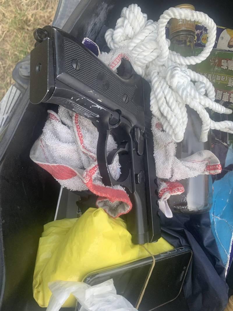 警方在方嫌機車置物箱內查獲1把手槍及童軍繩。(警方提供)