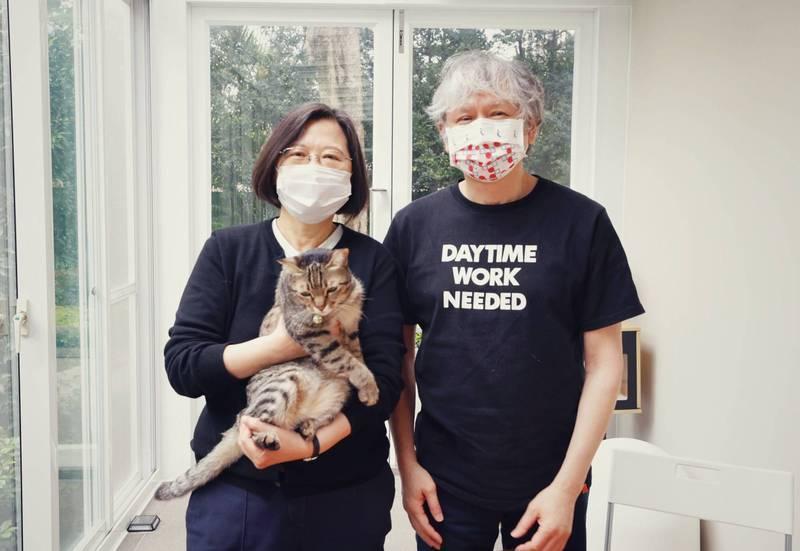 日本當代藝術家奈良美智8日上午在總統府與總統蔡英文共進早餐,還抱著蔡英文愛貓「蔡想想」合照。(圖擷取自蔡英文臉書)