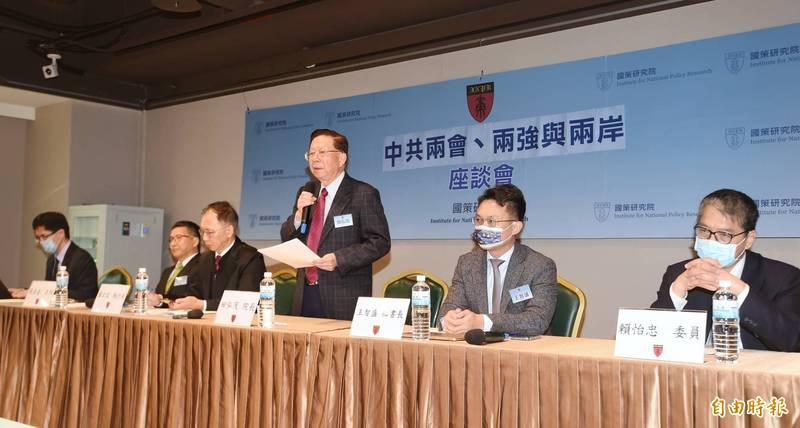 國策研究院8日舉行「中共兩會、兩強、與兩岸」 座談會,由董事長田弘茂(中)主持。(記者方賓照攝)