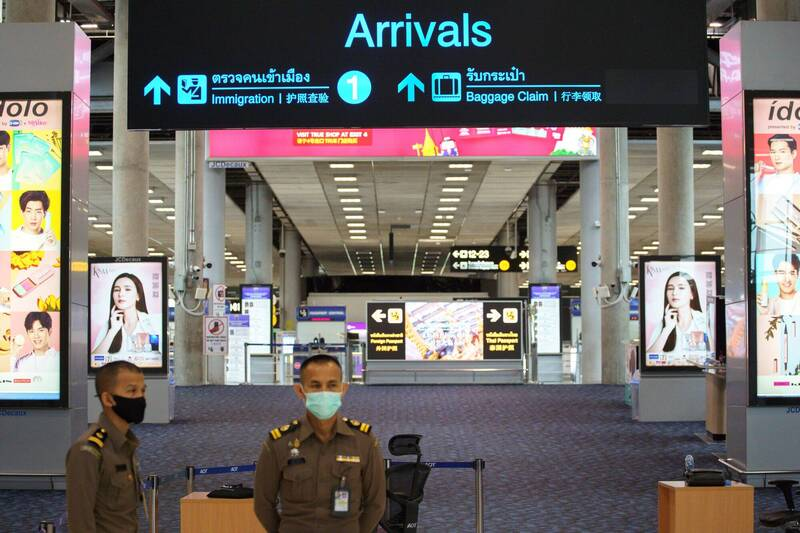泰國下個月起將對已接種武漢肺炎疫苗的人士放寬出入境限制,入境旅客的隔離期將由14天減至7天。(路透)