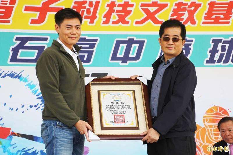 東石高中棒球隊後援會會長陳威瀚(左)回贈聯華電子董事長洪嘉聰(右)以朴子刺繡工藝製成的感謝狀。(記者林宜樟攝)