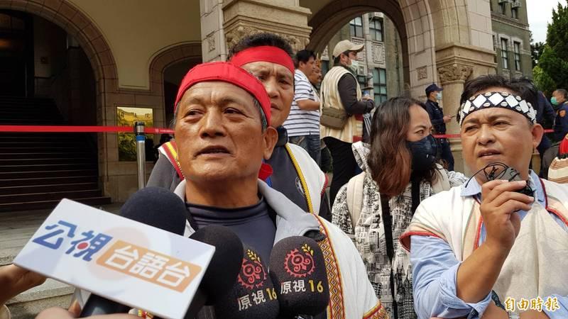 王光祿(左1)直言為了孝順才打獵卻遭判刑,相當不合理。(記者溫于德攝)