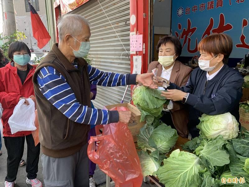 議員沈佑蓮舉辦3張發票換1顆高麗菜的公益活動,民眾大排長龍踴躍響應,做公益、挺菜農。(記者蔡淑媛攝)