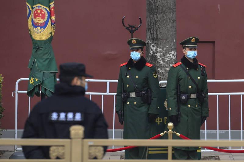 中國兩會召開,當局繃緊神經,加強言論管束,訪民(申訴民眾)更是遭到嚴加看管;據悉,往北京方向前進、身在北京的7名訪民被攔截、逮捕後,目前已經全數失聯。圖為兩會外站崗的武警。(歐新社)
