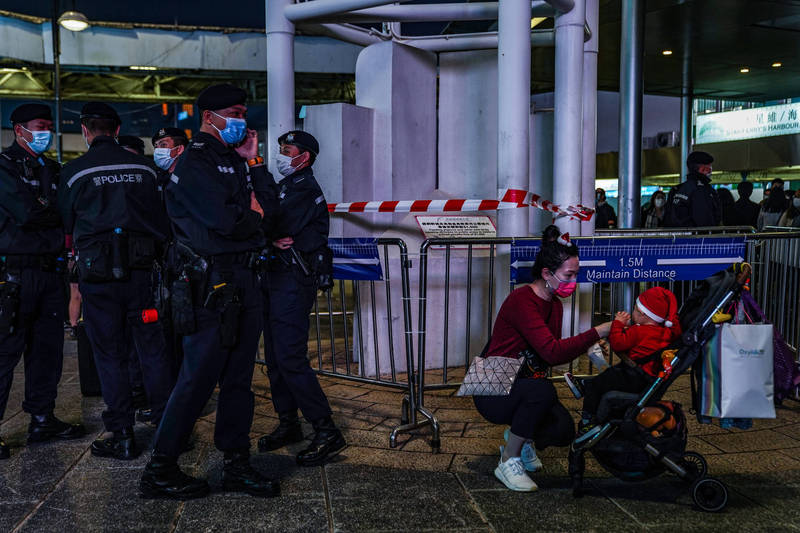 香港昨新增9例確診,尖沙咀大樓強制檢測500人。圖為尖沙咀街道。(彭博社)