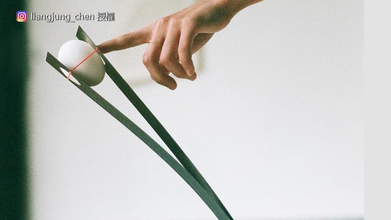民眾可以與現場平衡裝置互動,但砸破雞蛋得付出慘痛代價。(圖片由Instagram帳號liangjung_chen授權提供使用)