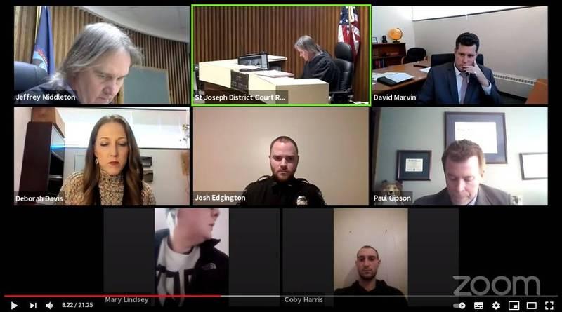 代表林西的女檢察官戴薇斯(第二排第一位)發現林西(下方左)舉止有異,認為哈里斯(下方右)就在她附近。(擷取自Judge Jeffrey Middleton YOUTUBE頻道)