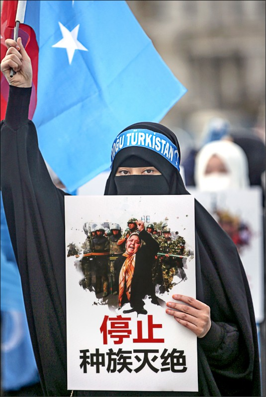 八日國際婦女節,維吾爾族婦女在土耳其伊斯坦堡的中國總領事館附近,抗議中國壓迫新疆維族人。 (歐新社)
