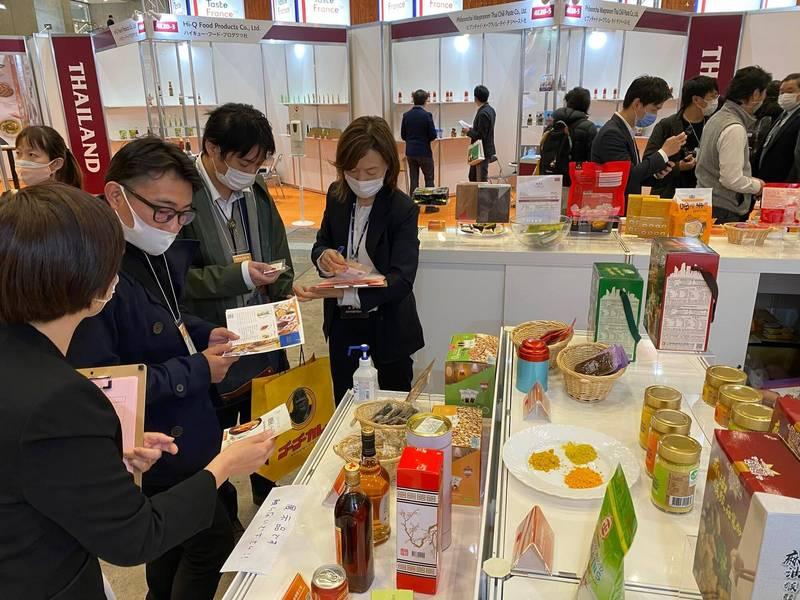花蓮農產加工品進軍日本參加國際食品展,吸引日商採購洽談。(圖由花蓮縣政府提供)
