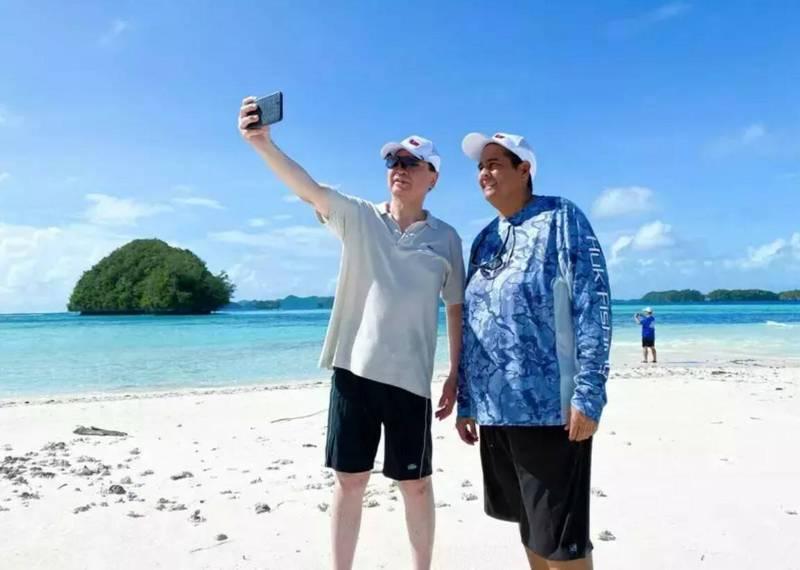 外交部長吳釗燮(左)和帛琉總統惠恕仁(右)1月在洛克群島自拍。惠恕仁規劃搭乘首班台帛旅遊泡泡航班訪台。(取自外交部推特)