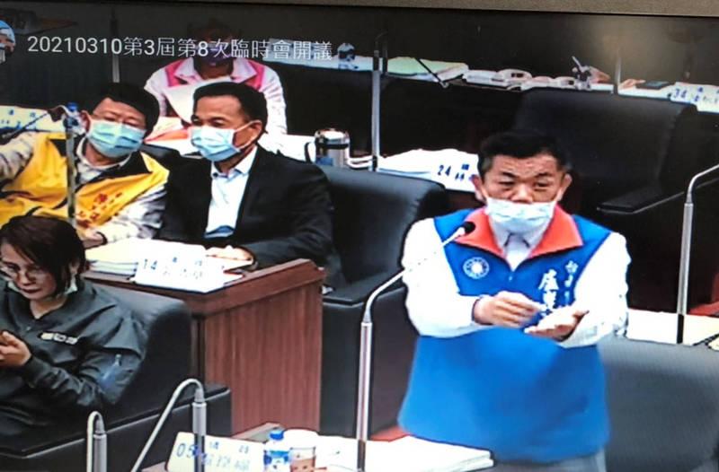 南市議員盧崑福(右)質詢南市警察局長方仰寧時,爆料指警方要黑幫小弟簽署承諾不私下尋仇。(議會提供)