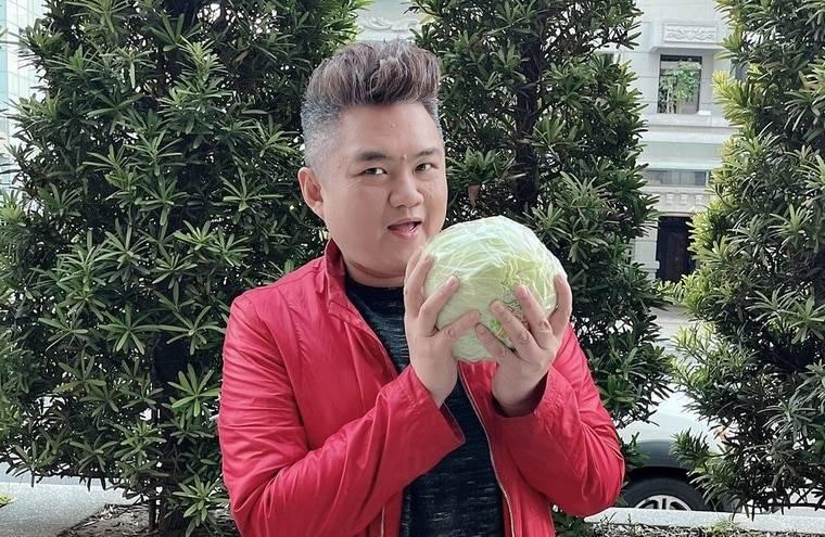 網紅踢小米說,為了力挺高麗菜農,新竹市幸福快樂促進會以及在地店家好友們共同響應,訂了500顆高麗菜將送民眾嚐鮮。(踢小米提供)