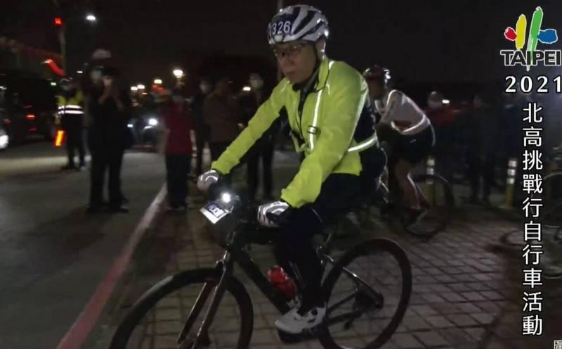 台北市長柯文哲2月28日騎自行車挑戰「一日北高」,凌晨1點從北投區關渡宮出發。(翻攝柯文哲臉書)