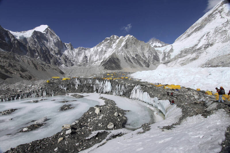 尼泊爾的「冰瀑醫生」準備出發前往聖母峰,為即將到來的登山季開路。(資料照,美聯社)