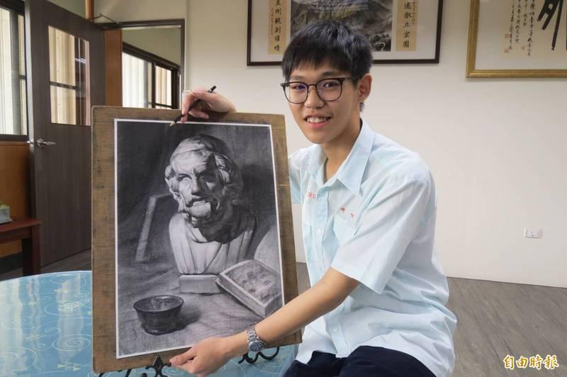 中一中姚仲鈞(見圖)成大學美術術科考「超級榜首」。(記者蘇孟娟攝)