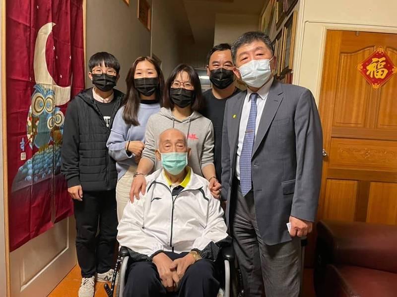 中央流行疫情指揮中心指揮官陳時中探視染疫護理師一家人。(王必勝提供)