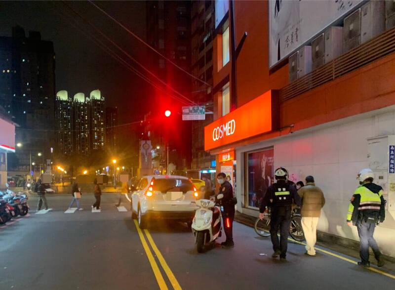 高翁昨晚9時許騎單車行經板橋松柏街及雙十路口,因酒醉自摔,不慎撞到左轉並行轎車,酒測值高達0.91mg/L,被海山警方帶到派出所管束,並依法罰鍰。(記者闕敬倫翻攝)