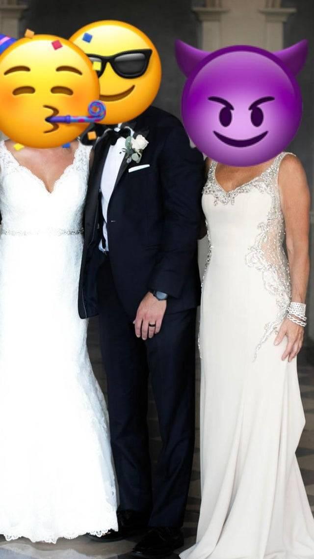 新郎身旁站著兩名身穿白紗女子,左方是新娘,右方則是新郎的媽媽,禮服性感鏤空,還有閃亮亮的裝飾,比新娘禮服還要華麗,引發網友熱議。(圖擷取自Reddit)