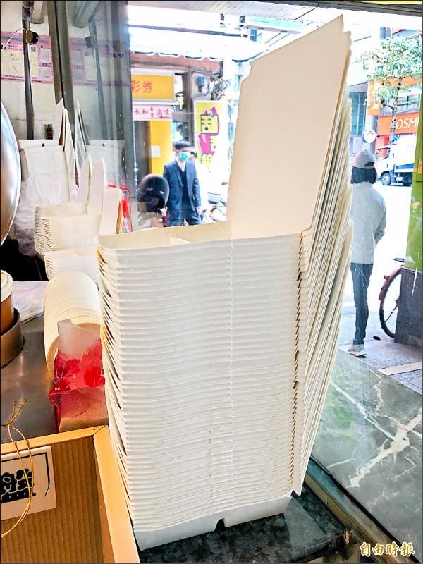 環保署預告「應設置紙餐具回收設施的販賣業者範圍、設施設置等事項」草案,但有業者擔心紙餐具去化問題。(記者羅綺攝)